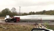 Vrachtwagenchauffeur die wiek van windturbine vervoert, begaat dure vergissing