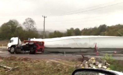 Vrachtwagenchauffeur begaat dure vergissing wanneer hij wiek van windturbine vervoert