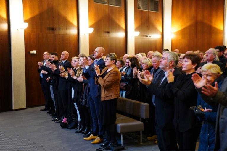 """Staande ovatie op afscheid variété-icoon: """"Dit is onze laatste keer samen op het podium"""""""