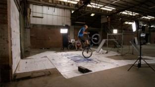Om een kunstwerk te maken gebruikt trialbiker Kenny Belaey wel een heel speciale techniek