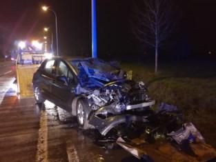 Auto belandt op zijn dak na zwaar ongeval in Tielt
