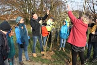 Leerlingen helpen egale grasvlakte om te vormen tot speellandschap
