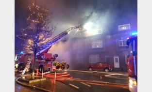 Uitslaande brand treft drie woningen, bewoner kan ontzet worden
