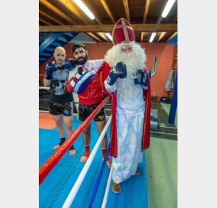 Boksers voeren promo verkleed als Sinterklaas