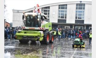 Op een pocketbike, per legerhelikopter of met een bouwkraan; gewoon langskomen op school kan deze Sinterklaas niet