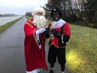 Sportieve 'Sint en Piet' stappen 22 kilometer voor weeshuis