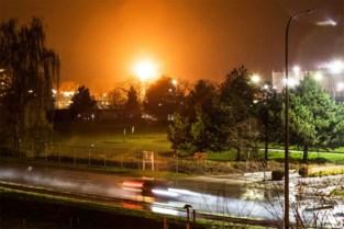 Vijftien meter hoge vlammen verlichten de nacht, maar paniek was nergens voor nodig