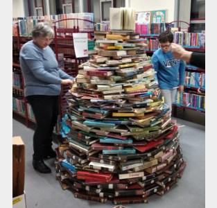 Kerstboom bouwen in de bib met afgeschreven boeken