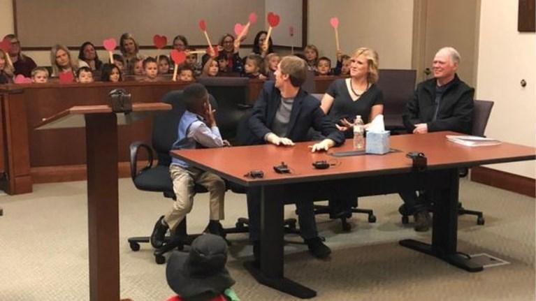 """Vijfjarig jongetje nodigt hele kleuterklas uit om naar zijn adoptie te komen kijken: """"Ik hou van mijn papa!"""""""