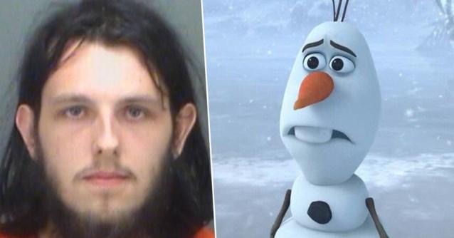 Man komt klaar op pluchen Olaf uit 'Frozen' en zet de knuffel nadien terug in de winkelrekken