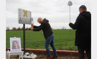 """Emotionele onthulling van vijftigste SAVE-bord in West-Vlaanderen: """"Een herdenkingsteken voor mijn dochter Louise, die voor altijd 21 jaar blijft"""""""