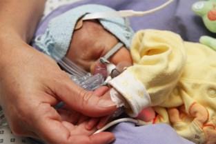 Babyknuffelaars lossen de ouders eventjes af in het ziekenhuis