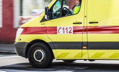 Man (33) in levensgevaar nadat hij gekneld raakt tussen trekker en oplegger van truck die zijn vrouw bestuurt