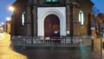 Losse leien zorgen voor vallende brokstukken aan hoofdingang kerk