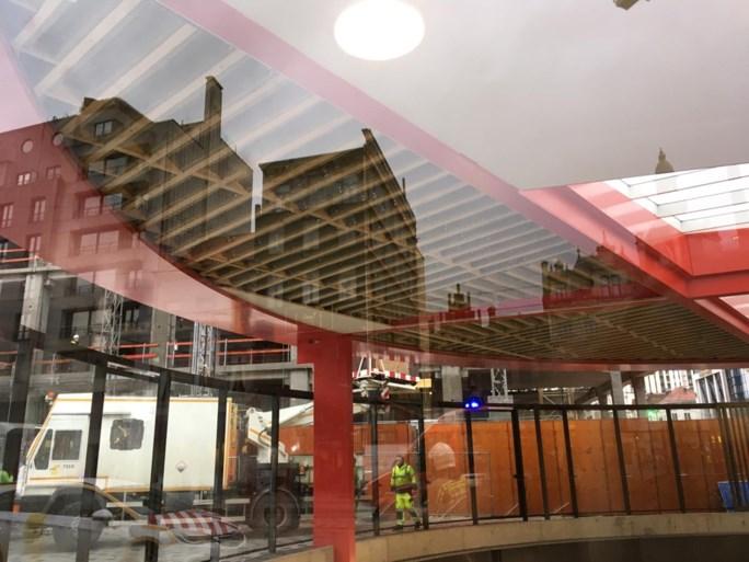 Plafond van pas geopende lichtkoepel aan Antwerps premetrostation Opera komt deels naar beneden