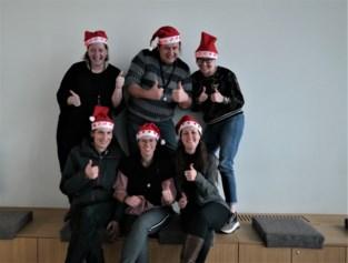 'De Collega's' verkopen kerstmutsen t.v.v. VOC Merelbeke op de kerstmarkt