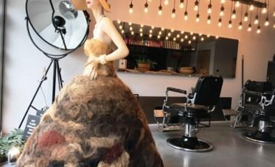 Kapper maakt kleed met haar van klanten