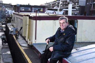 Hij dook elke dag het ijskoude water in en maakte het kanaal schoon met blote handen, maar nu verhuist Jean (87) en neemt hij afscheid van zijn woonboot