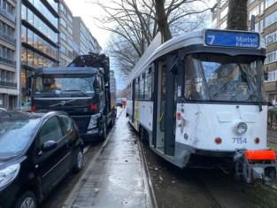 Twee lichtgewonden na aanrijding tussen tram en vrachtwagen