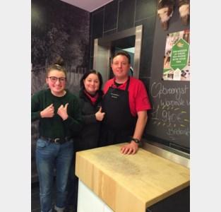 Machelse slagerij schenkt €1940 aan Spaans hondenasiel