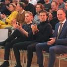 Ilan van Wilder (links) naast Tiesj Benoot en manager Iwan Spekenbrink.