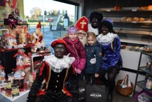 Sinterklaas verwent tweehonderd kinderen met lekkers en een cadeautje