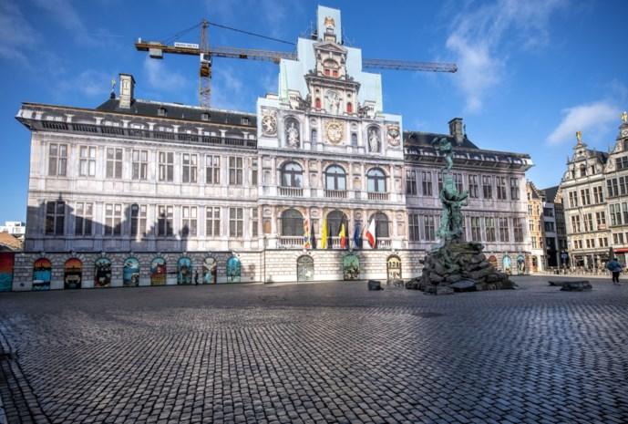 """Stadhuis langer in steigers door.. scheve steunmuur uit 16de eeuw: """"En die moet steentje per steentje afgebroken worden"""""""