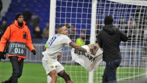 """Lyon-kapitein Memphis Depay pakt eigen fan aan omwille van beledigend spandoek: """"Ze spugen op ons"""""""