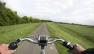 Man houdt alle fietsers op zijn weg tegen en geeft hen enveloppe met afscheidsbrief