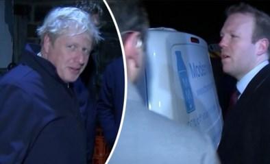 Boris Johnson verbergt zich voor journalisten in koelkast, humeurige assistent vloekt tijdens live-uitzending