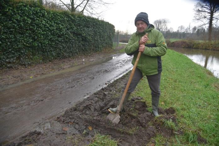 """Gemeenteraadslid is modder beu en steekt dan maar zelf handen uit de mouwen: """"Je kan hier niet fietsen zonder je kleren vuil te maken"""""""