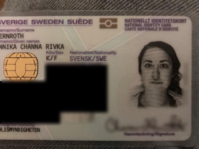 Joodse vrouw zegt dat foto op haar ID aangepast werd om haar een stereotype haakneus te geven
