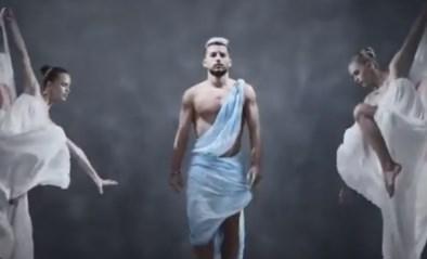 Dries Mertens schittert in blote bast in artistieke video van Napoli om kalender voor te stellen