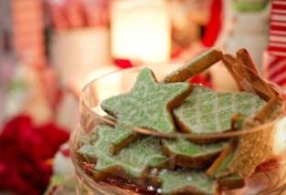 Minister Koen Geens en enkele van zijn medewerkers steken een handje toe op kerstmarkt