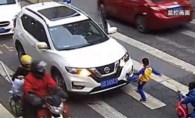 Moeder en zoon worden aangereden, maar jongen toont zich van zijn dapperste kant