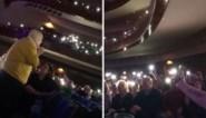 """Duizenden mensen zingen 'Stille nacht' voor eenzame oude man: """"Er bestaan nog goede dingen op de wereld"""""""