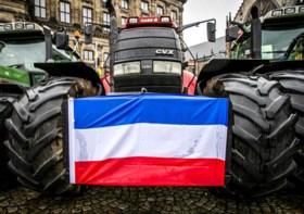 Nederlandse boeren willen luchthaven Eindhoven platleggen: colonne van tractoren onderweg