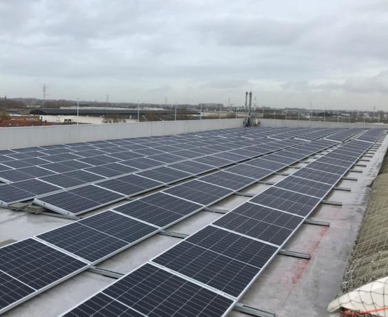 Dak van Isomo Kortrijk bedekt met 2046 zonnepanelen