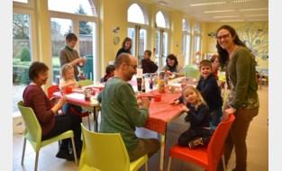 Ouders en kinderen knutselen samen voor kerst