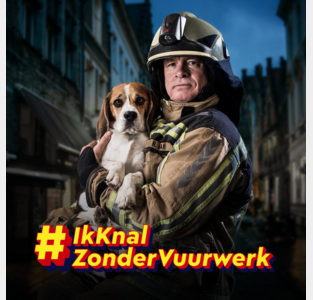 """Brandweerman en beagle Charlie waarschuwen voor vuurwerk: """"Steek het zelf niet af"""""""