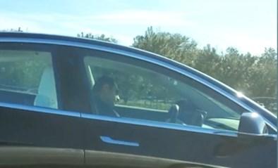 """Slapende Tesla-bestuurder gespot op autosnelweg: """"Hij vertraagt het verkeer enorm"""""""