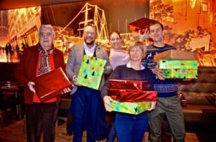 Vrijwilligers pakken 400 cadeaus in voor mensen in moeilijkheden