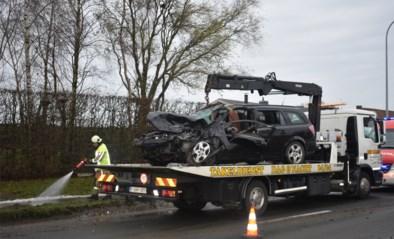 Vrouw (50) moet uit voertuig worden bevrijd na fout gelopen inhaalmanoeuvre