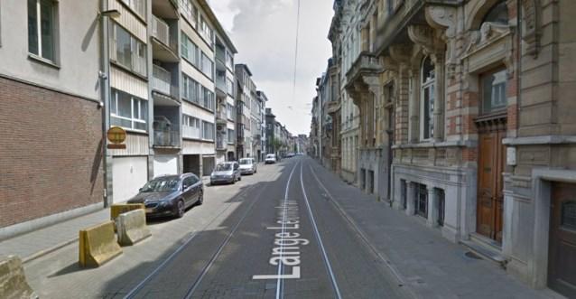 Fietser rijdt zich vast in tramspoor en komt ten val: man zwaargewond naar ziekenhuis gebracht