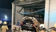 """Range Rover wordt over de spoorweg gekatapulteerd, recht in de gevel van een loods: """"Zo'n spectaculair ongeval heb ik nog nooit meegemaakt"""""""