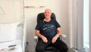 """Doelman (60) zakt ineen tijdens minivoetbal maar wordt gered dankzij AED-toestel: """"Mijn leven hing aan een zijden draadje"""