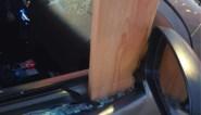 Bestuurder beleeft schrik van zijn leven: plank komt los door hevige rukwinden en doorboort auto