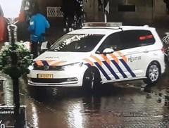 Omkeren loopt helemaal mis: politiewagen rijdt lantaarnpaal omver