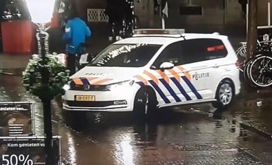 Keren loopt helemaal mis: politiewagen rijdt lantaarnpaal omver