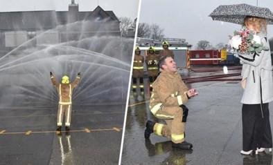 Brandweerman vraagt vriendin ten huwelijk met heus waterspektakel